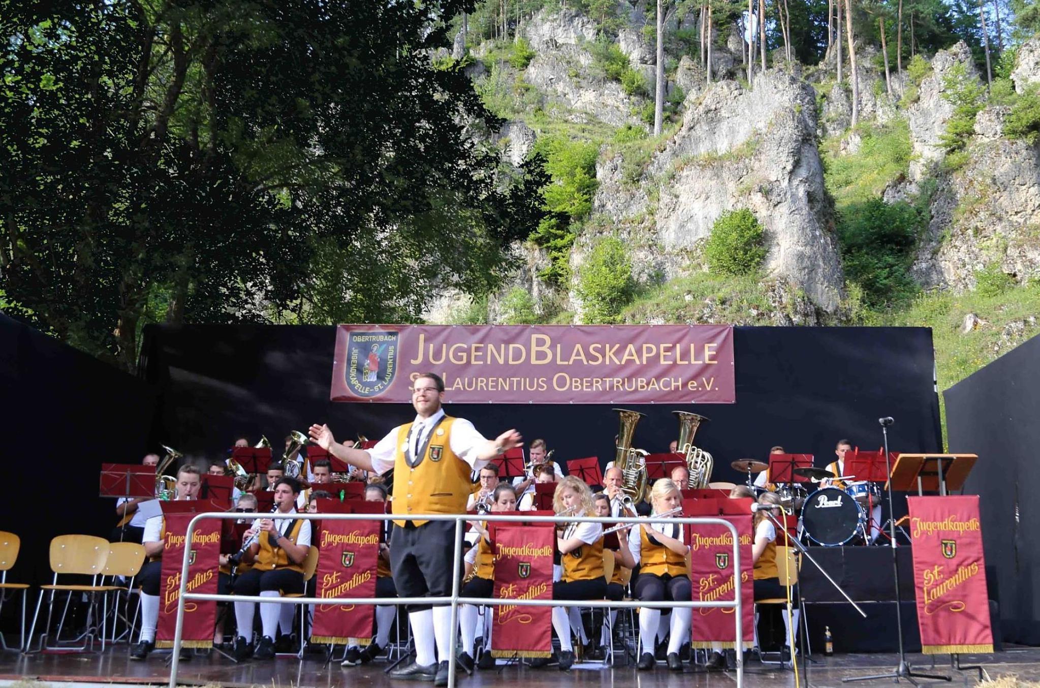 Dirigent Johannes Raum und seine Musiker von der Jugendblaskapelle Obertrubach feierten das 30-jährige Bestehen.